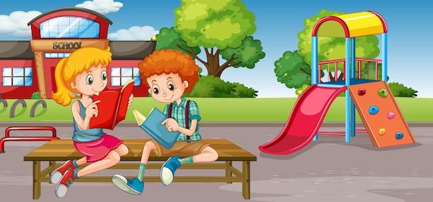 Estudiante en el patio de la escuela
