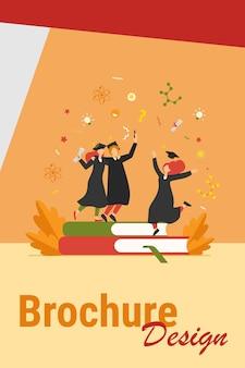 Estudiantes felices graduándose con diploma académico ilustración vectorial plana. chicas de dibujos animados y chico celebrando la graduación de la universidad o colegio. concepto de educación y aprendizaje