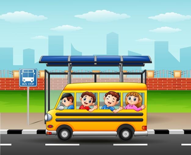 Estudiantes felices que viajan en autobús escolar