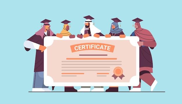 Estudiantes graduados árabes de pie juntos cerca de certificados graduados árabes celebrando el diploma académico concepto de educación universitaria ilustración vectorial horizontal de longitud completa