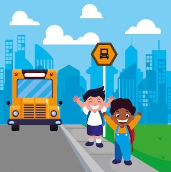 Estudiantes muchachos en la parada de autobús con la ciudad de fondo