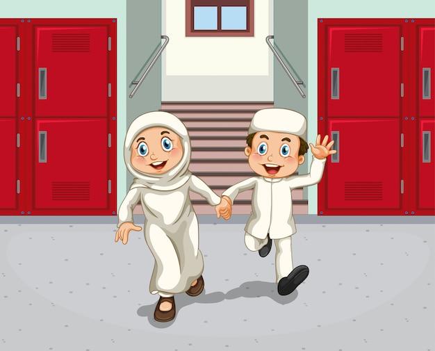Estudiantes en el pasillo de la escuela
