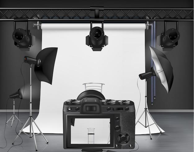 Estudio fotográfico con pantalla enrollable blanca, cámara digital, proyectores y softboxes.
