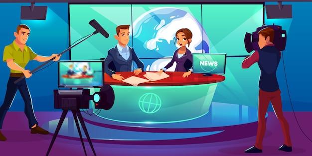 Estudio de televisión con presentadores de televisión informando en la sala de transmisión.