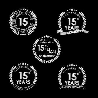 Etiqueta de celebración de aniversario de 15 años con corona de laurel