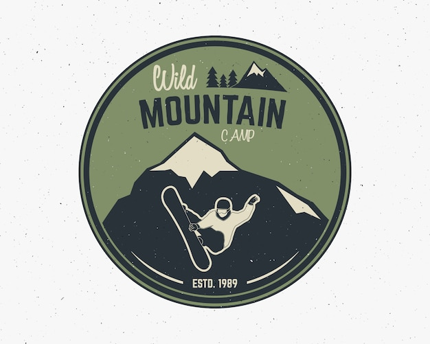 Etiqueta de explorador vintage de camping de montaña. diseño de logo de aventura al aire libre.