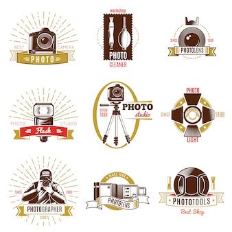 Etiqueta de fotógrafo retro con cintas doradas y rojas diferentes títulos sobre tema de fotografía
