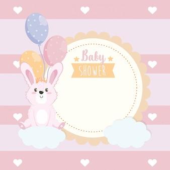 Etiqueta de lindo conejo animal con globos y nubes.