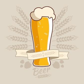 Etiqueta de oktoberfest vintage con copa de cerveza y espigas de trigo.