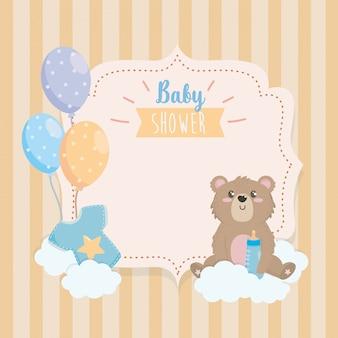 Etiqueta de oso de peluche con biberón y nubes.