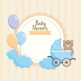 Etiqueta de oso de peluche con decoración de carro y globos.