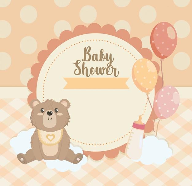 Etiqueta de oso de peluche con globos y biberón.