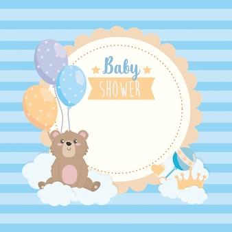 Etiqueta de oso de peluche con globos y nubes.