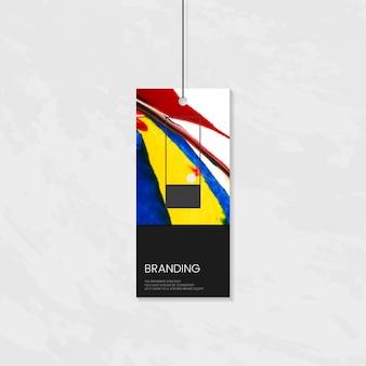Etiqueta de ropa con diseño artístico.