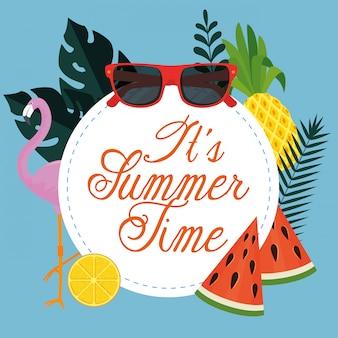 Etiqueta de vacaciones de verano con gafas de sol y frutas tropicales.