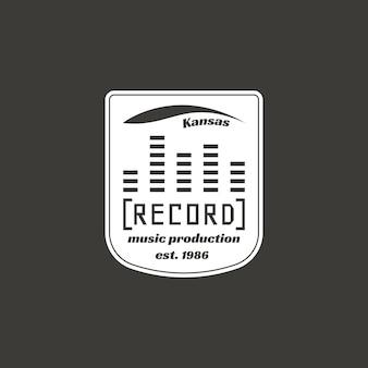 Etiqueta de vector de estudio de grabación, insignia, logotipo de emblema con instrumento musical. ilustración vectorial de stock aislada sobre fondo oscuro.