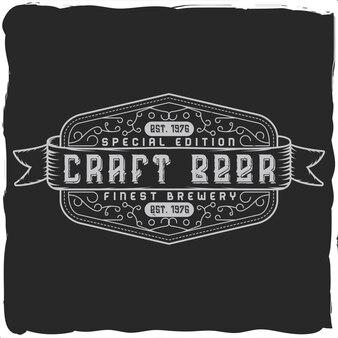 Etiqueta vintage con composición de letras sobre fondo oscuro.