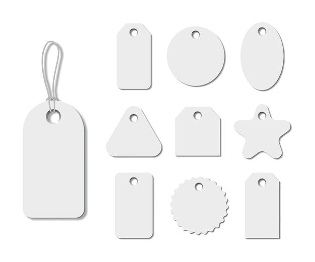 Etiquetas blancas de diferentes formas con cadenas aisladas sobre fondo blanco.