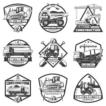 Etiquetas de construcción monocromáticas vintage con inscripciones, equipos de construcción, camiones, grúa, excavadora, excavadora, aislado