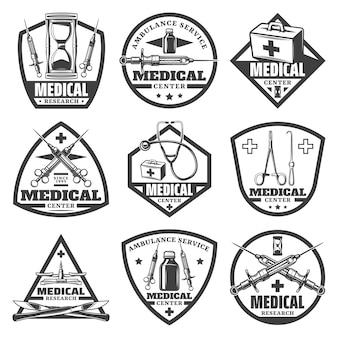 Etiquetas médicas monocromáticas vintage con reloj de arena, bolsa de médico, jeringa, estetoscopio, botella, escalas, herramientas quirúrgicas aisladas