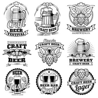 Etiquetas del vector de la barra de la bebida de la cerveza del vintage emblemas y logos de cervecería retro con lúpulo y taza.