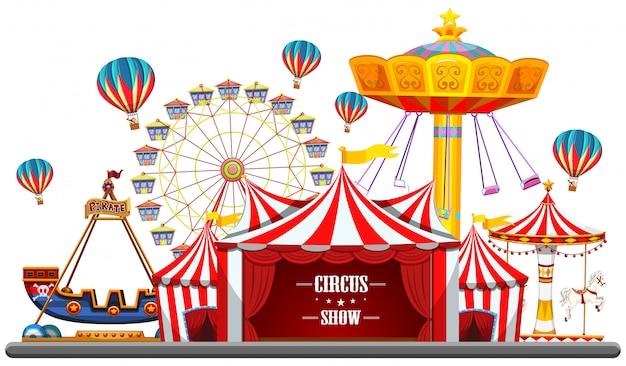 Evento de circo con carpas, noria, juegos de atracciones, taquilla barco pirata aislado