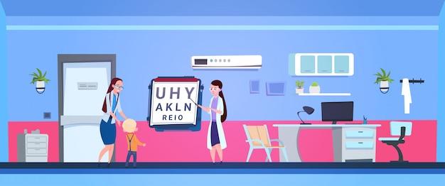 Exainación del ojo del niño con el oftalmólogo doctor en la oficina del hospital