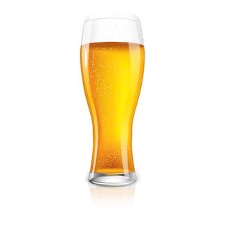 Excelente vaso aislado de cerveza con gotas.