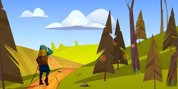 Excursionista de mujer viaja por colinas verdes