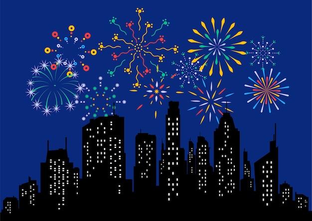 Exhibición de fuegos artificiales en el cielo de la noche oscura y celebración de vacaciones contra edificios de la ciudad. celebración del festival, espectáculo de pirotecnia en la escena nocturna. ilustración colorida de dibujos animados plana.