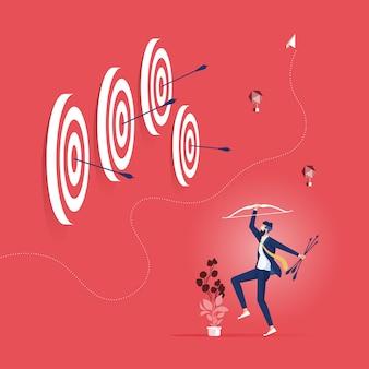 Exitoso hombre de negocios dio en el blanco con el arco y la flecha: concepto de éxito empresarial