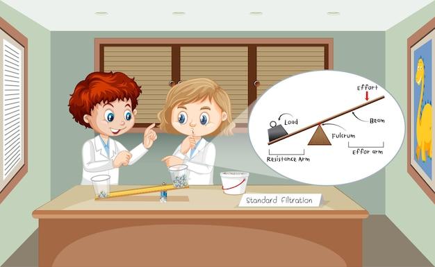 Experimento científico de palancas con niños científicos