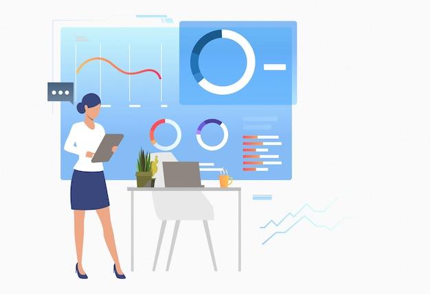 Experto financiero que analiza diagramas de datos comerciales