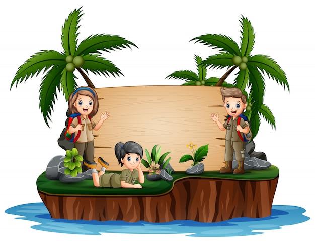 El explorador niño y niña en la isla