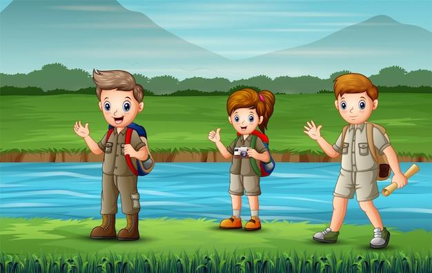 Los exploradores caminando por el río