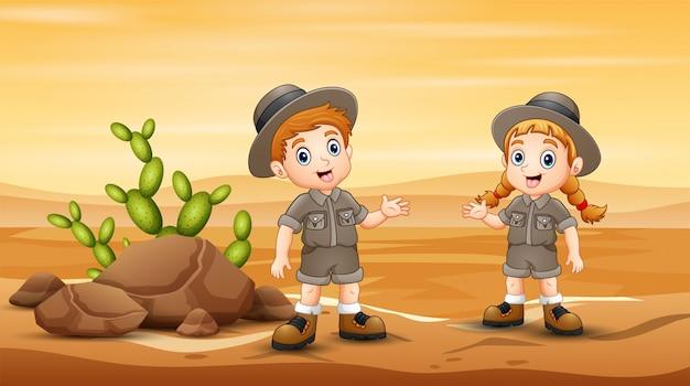 Los exploradores están explorando en el campo del desierto