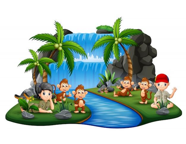 Los exploradores con monos en la cascada de la isla