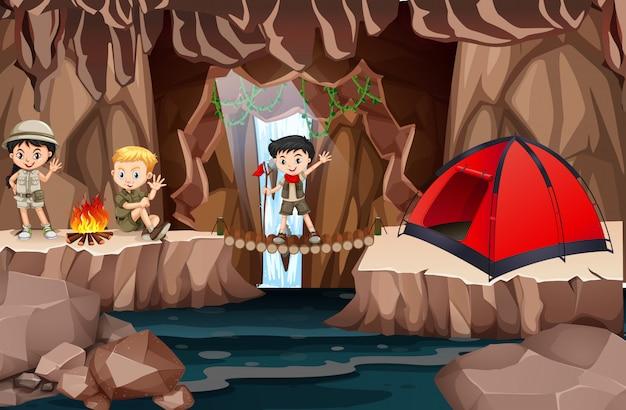 Exploradores de niños explorando la cueva