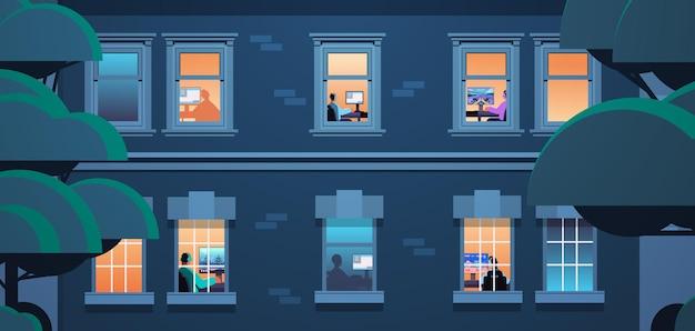 Exterior del edificio con vecinos de raza mixta jugadores virtuales jugando videojuegos en línea en computadoras personales en casa retrato horizontal ilustración vectorial
