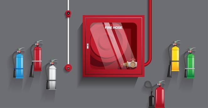 Extintor y manguera contra incendios en la pared