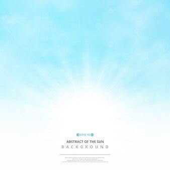 Extracto del sol con las nubes en fondo suave del cielo azul.