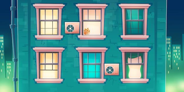 Fachada del edificio con ventanas de noche