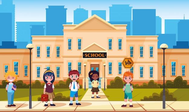 Fachada de la escuela con lindos alumnos pequeños