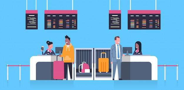 Facturar en el aeropuerto con trabajadores de cosas en mostrador y pasajeros masculinos con equipaje, concepto de tablero de salidas