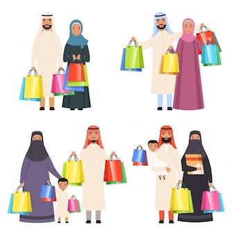 Familia árabe de compras, musulmanes personas felices hombres mujeres y niños en el mercado con bolsas de personajes de dibujos animados aislados