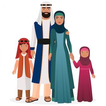 Familia árabe con niños en ropa nacional tradicional