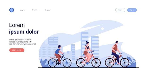 Familia en bicicleta en el parque de la ciudad