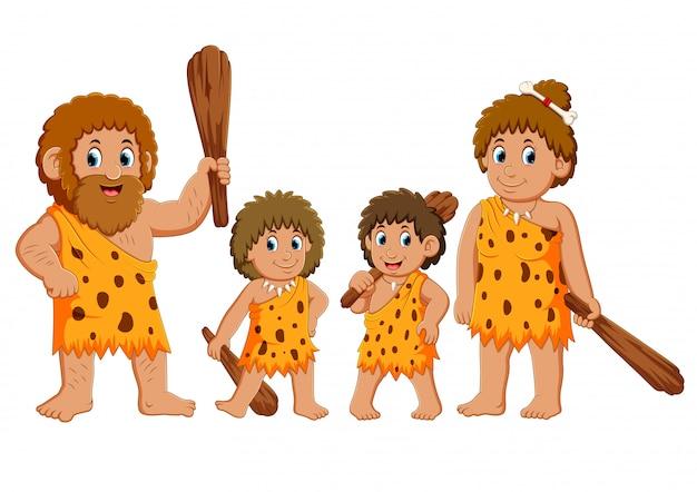 La familia cavernícola está posando y sonriendo.