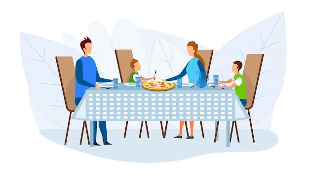 Familia comer pizza en casa, pizzería o restaurante