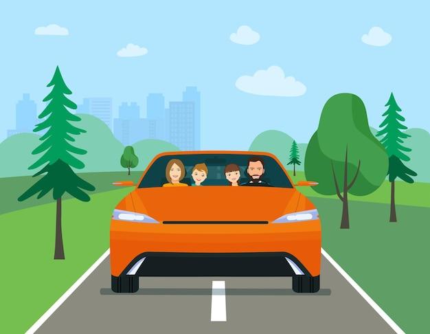 Familia conduciendo en coche eléctrico moderno en vacaciones de fin de semana.